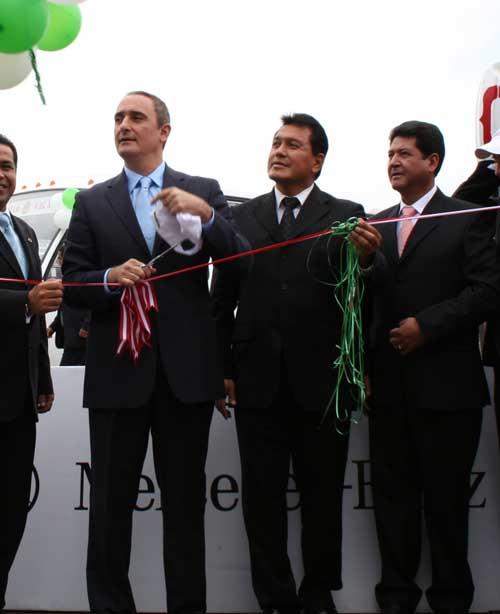 Inaugurando nueva flota de Orión en 2008, el entonces presidente regional Alex Kouri, el alcalde chalaco de ese momento Feliz Moreno y el presidente del grupo Orión José López Vidal. Imagen: Infos.